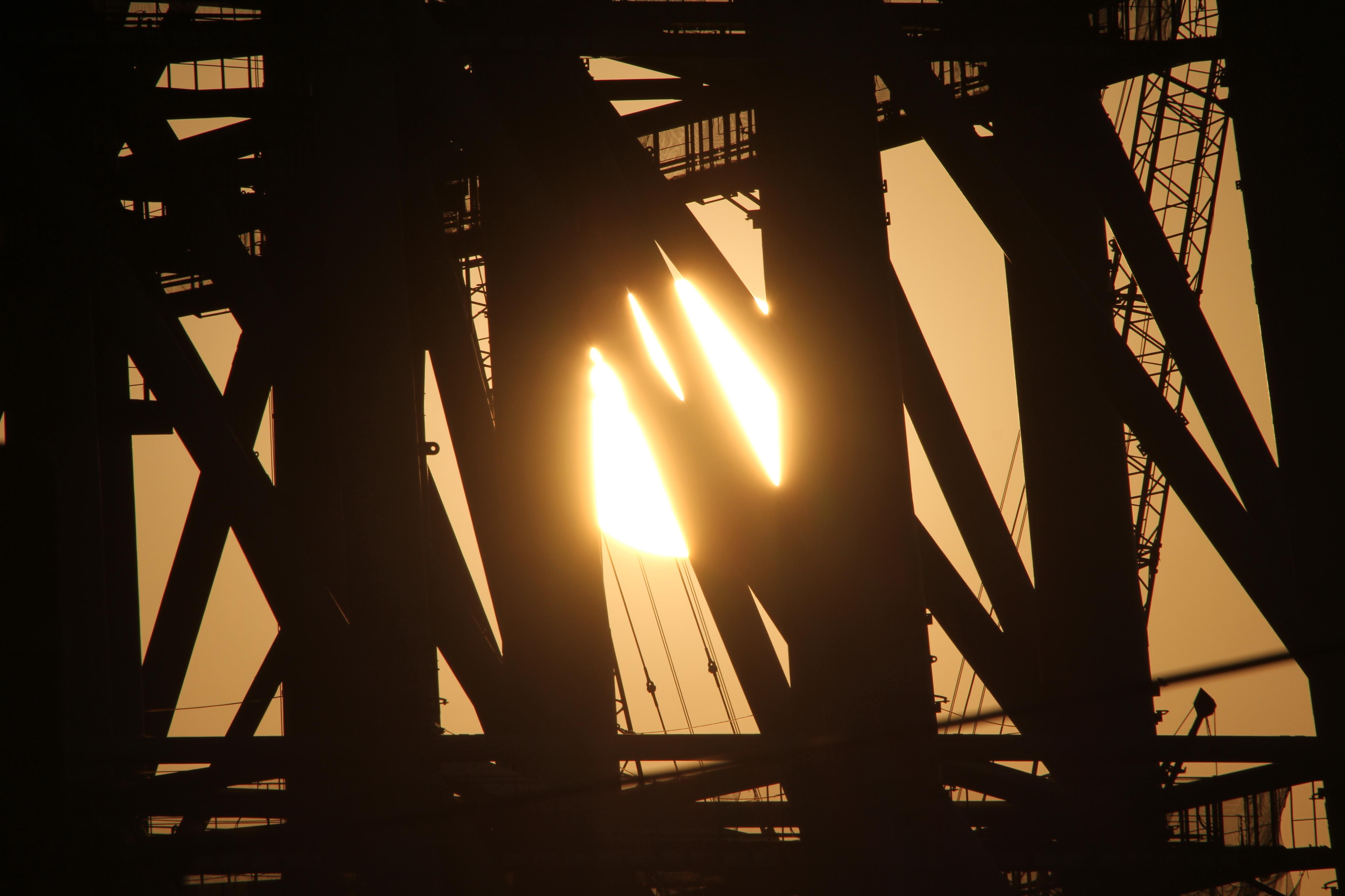 <b>ちょうど東京スカイツリーの鉄骨のなかに陽が沈んで行くイメージで夕日を撮影できた。EOS 7D / APO 50-500mm F4.5-6.3 DG OS HSM / 5,184×3,456 / 1/2000秒 / F16 / +0.3EV / ISO100 / プログラム / WB:オート / 500mm / 16:24</b>