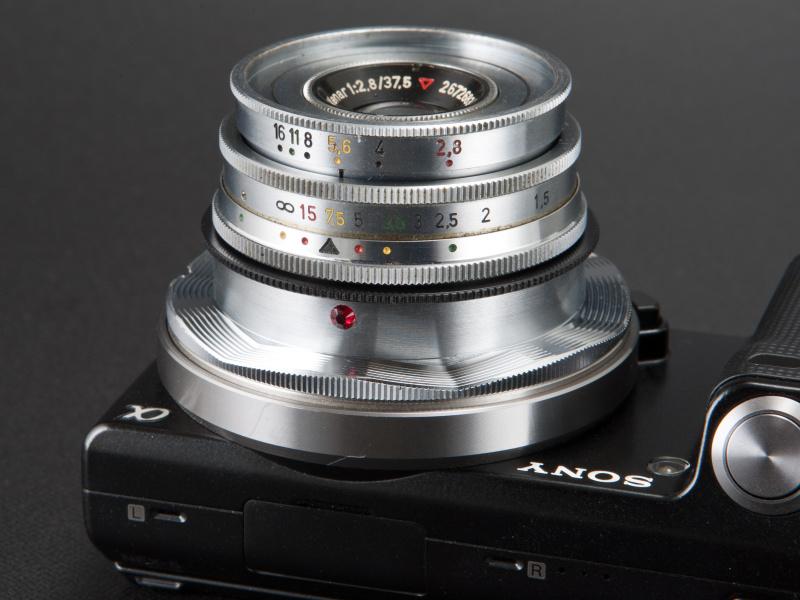 <b>絞りとピントリングの色を合わせると、最大被写界深度が得られる。監視カメラの名残を感じさせるギミックだ</b>