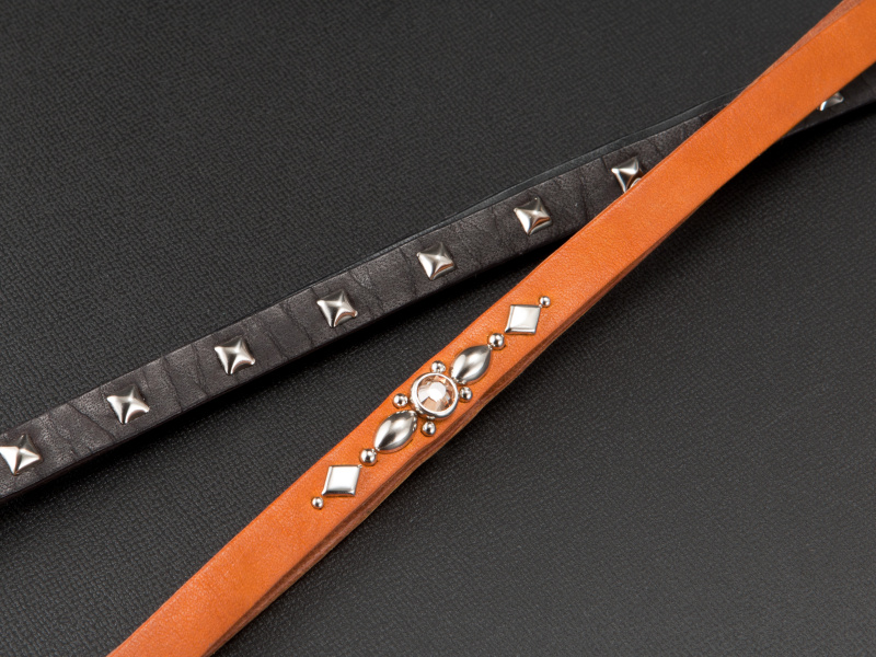 <b>レザーのカラーやスタッズのレイアウトは、オーダー時に好みのスタイルを指定できる</b>