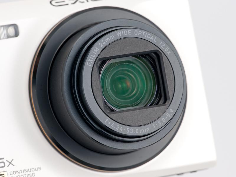 <b>レンズは広角24mmからの12.5倍ズーム。センサーシフト式の手ブレ補正機構を内蔵している</b>
