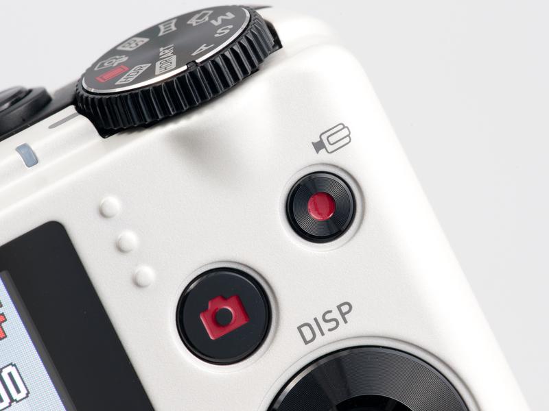 <b>背面右手側上に配置されているムービーボタン。動画撮影中もオートフォーカスがはたらく</b>