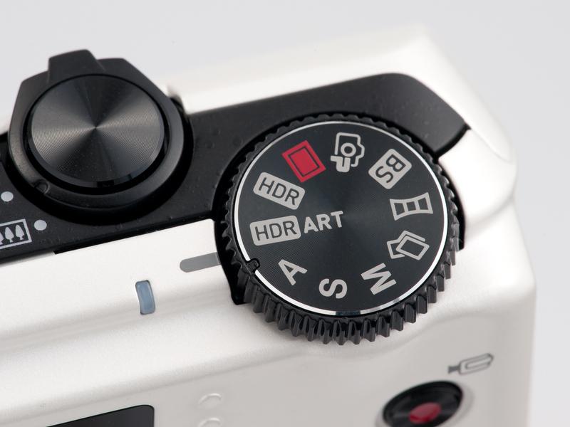 <b>上面右手側に新設されたモードダイヤル。「HDR」、「HDRアート」、「プレミアムオート」など、機能の見通しがよくなって便利</b>