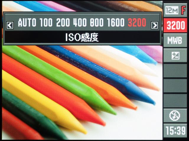 <b>裏面照射型のCMOSセンサーだが、ベース感度はISO100と平凡。最高感度もISO3200までとなっている</b>