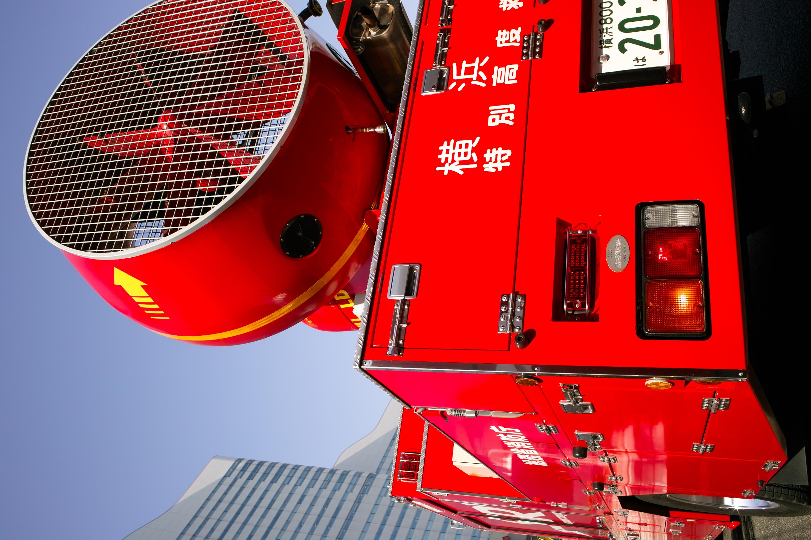 <b>赤の再現はデジタルカメラが苦手な部分と言われている。JPEGでも消防車の赤色が良く出ているが、ストレート現像では一段と鮮烈な赤を表現できた。オートは明るめでパリッとした仕上り。共通設定:DP1x / 2,640×1,760 / 1/160秒 / F8 / 0EV / ISO100 / 絞り優先AE / WB:晴れ / 16.6mm</b>