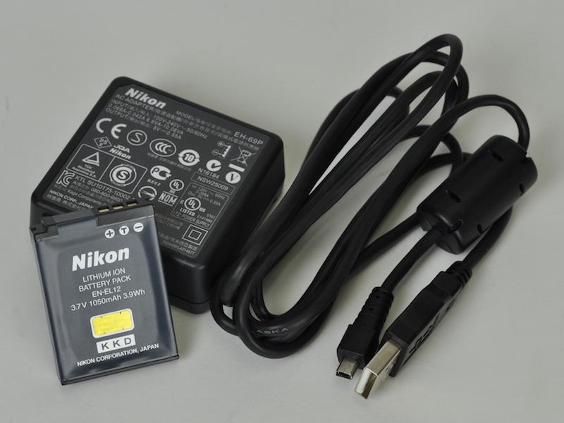 <b>バッテリーは基本的に本体内で充電するタイプ。パソコンなどからのUSB充電に対応するのはうれしい。USB出力付き充電器からの給電も可能だった</b>