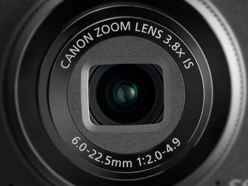 <b>【PowerShot S95】28-105mm相当の3.75倍ズームでF2-4.9。広角端は明るいが望遠端は暗め</b>