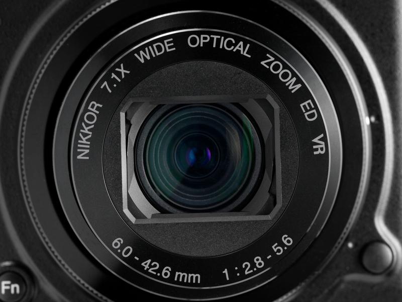 <b>【COOLPIX P7000】28-200mm相当の7.1倍ズーム。開放F値はF2.8-5.6で望遠端が暗い</b>