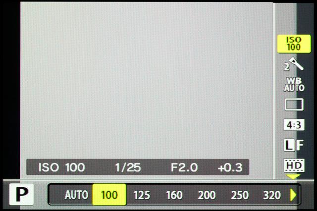 <b>【XZ-1】ライブコントロールからの感度変更時の画面。その感度での露出値が見られるのはちょっと便利</b>
