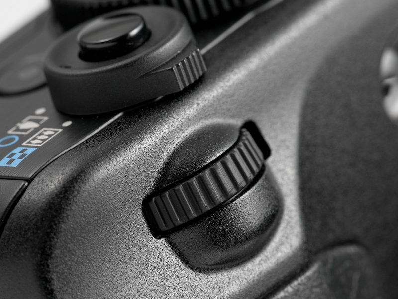 <b>【PowerShot G12】一眼レフカメラのEOSのような電子ダイヤルを装備。絞りやシャッター速度の設定が素早く行える</b>