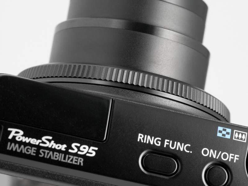 <b>【PowerShot S95】レンズ基部にあるコントローラーリング。上面のRING FINC.ボタンでリングの機能を変更できる</b>