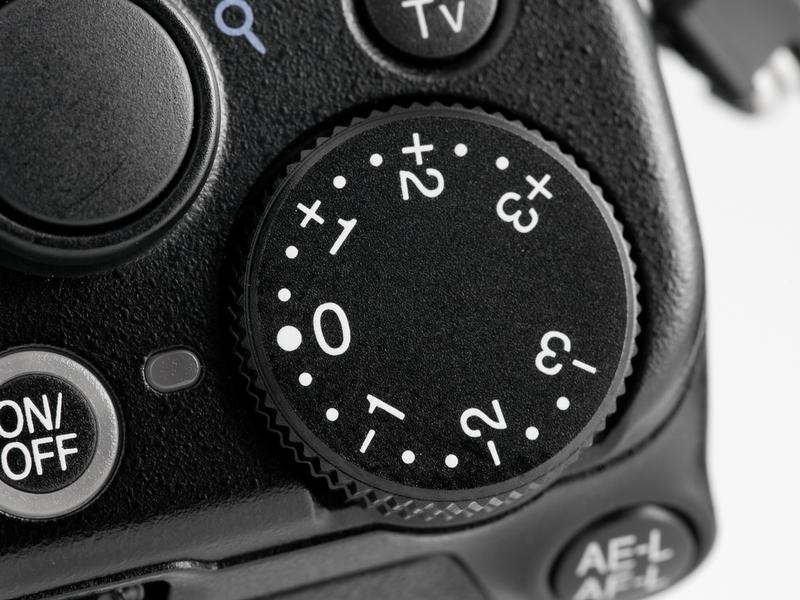 <b>【COOLPIX P7000】右手側正面にある露出補正ダイヤル。専用ダイヤルならこの場所がまっとうだと思う</b>