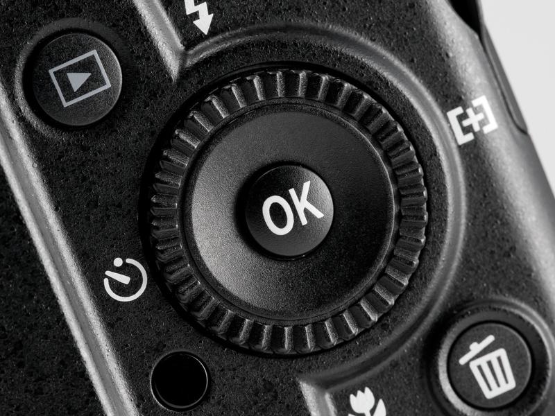 <b>【COOLPIX P7000】十字キー外周にはロータリーマルチセレクター。絞り値やシャッター速度の設定を行なう</b>
