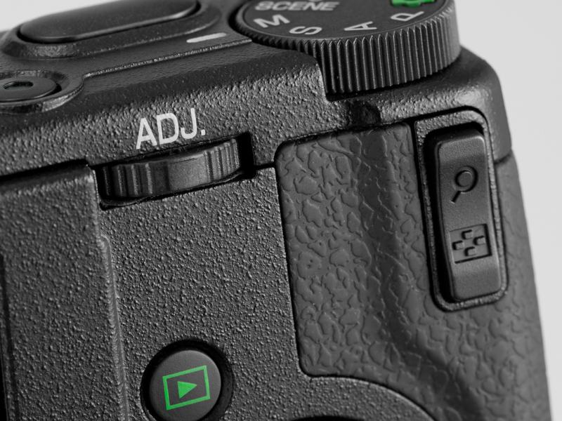 <b>【GR DIGITAL III】露出補正は右側のズームボタンを使って設定する。シンプルかつ使いやすい。左のADJ.レバーも操作しやすい位置にある</b>