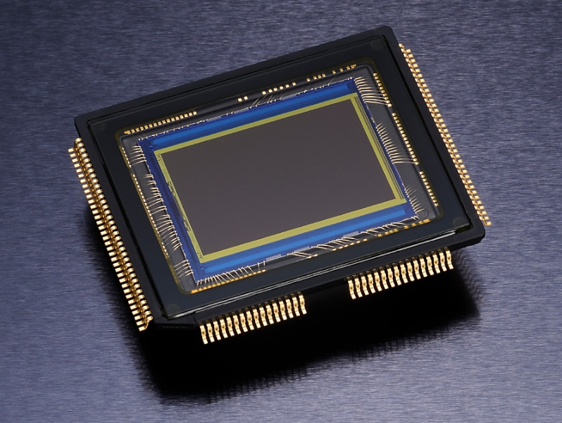 <b>APS-Cサイズ相当の有効1,620万画素CMOSセンサー</b>