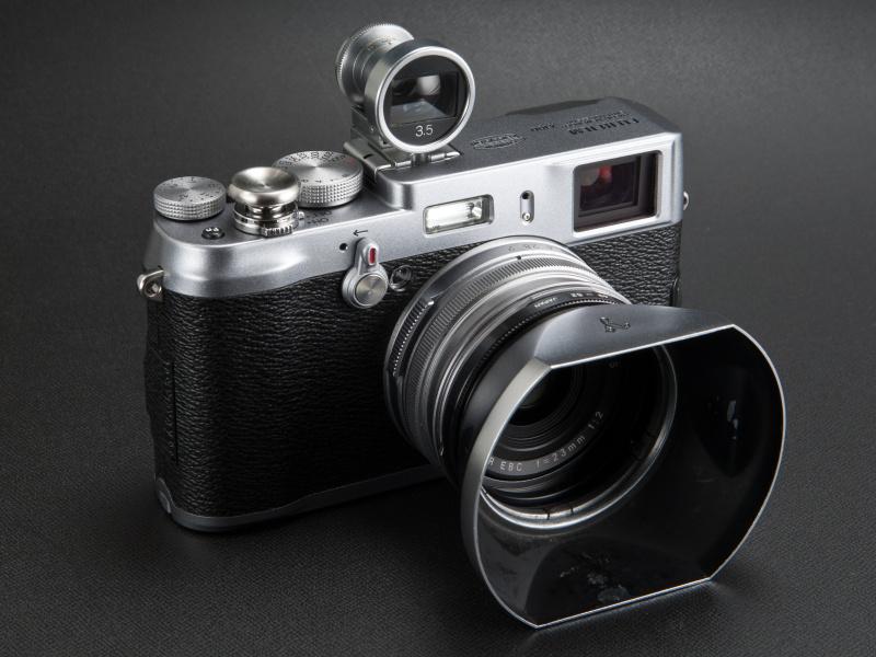 <b>シルバーボディのカメラは、やはりシルバーベースのアクセサリーがよく似合う</b>