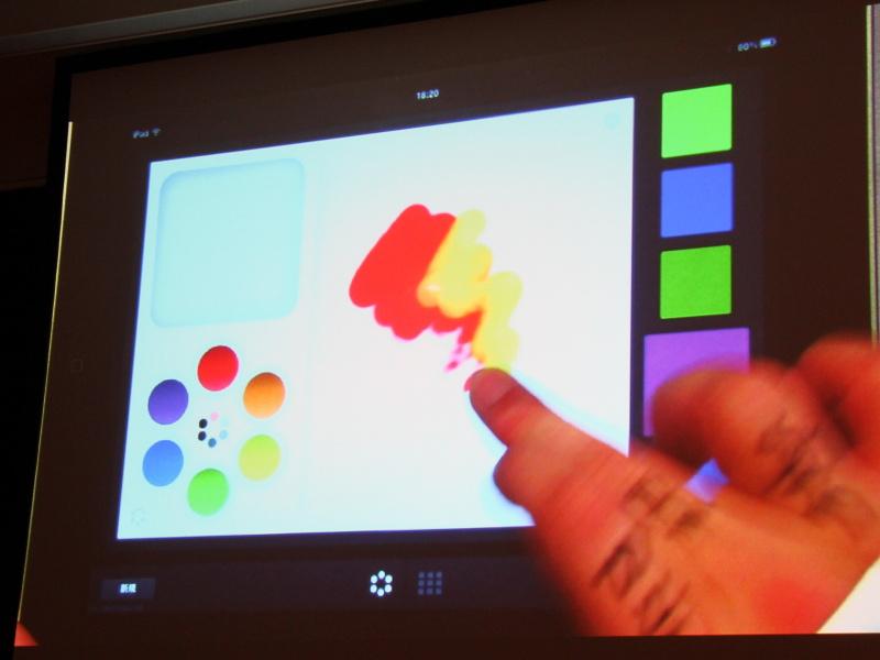 <b>絵の具を混ぜるように色を作っていく。「パレットがiPadの中にあるイメージ」という</b>