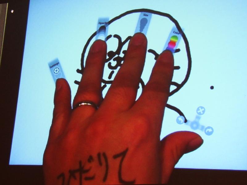 <b>左手でも使用可能。指への割り当ては右手と変わらない</b>