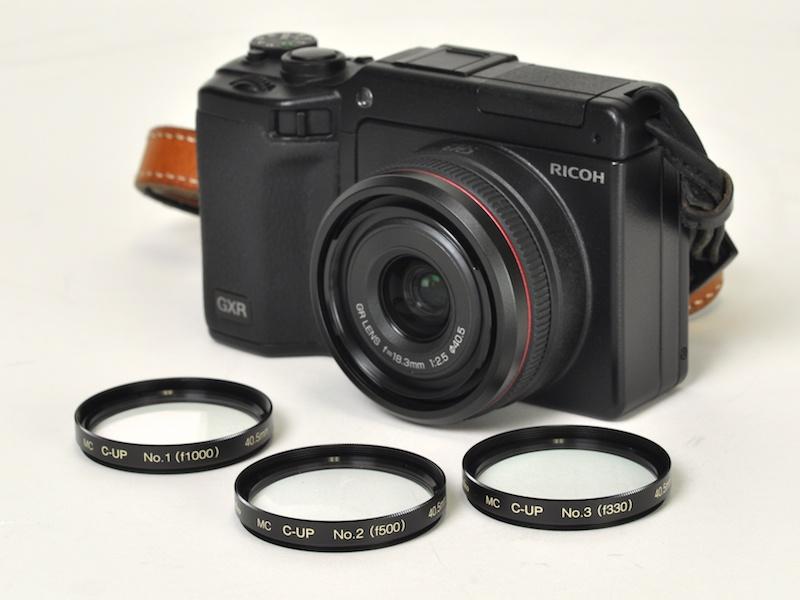 <b>GR LENS A12 28mm F2.5を装着したGXRと、40.5mm径のケンコーMCクローズアップレンズNo.1、No.2、No.3</b>
