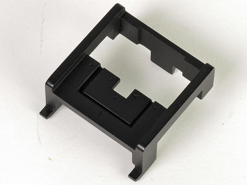 <b>ホルダーは、被写体の大きさに応じて切り欠いて使えるようガイドが入っている。テープや接着剤などで被写体を固定する。当初5個程度を同梱し、安価で別売もするという</b>