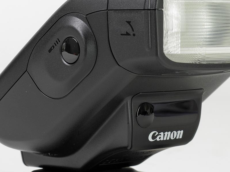 <b>側面に「リモートレリーズボタン」を新搭載。Canonロゴの上には、ワイヤレス受光部とリモコン送信部を備える</b>