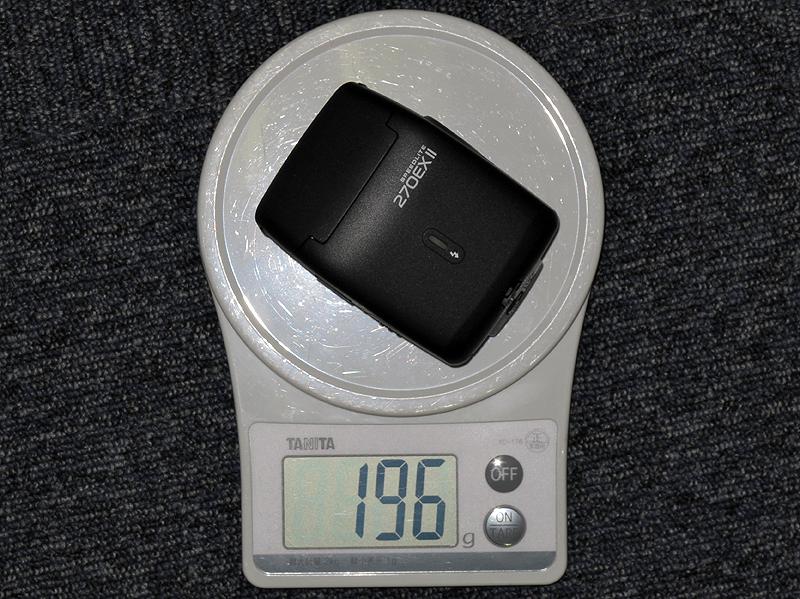 """<b>スイッチなどの部材は増えたが、アルカリ乾電池込みで""""200gを切る軽さ""""は維持した</b>"""