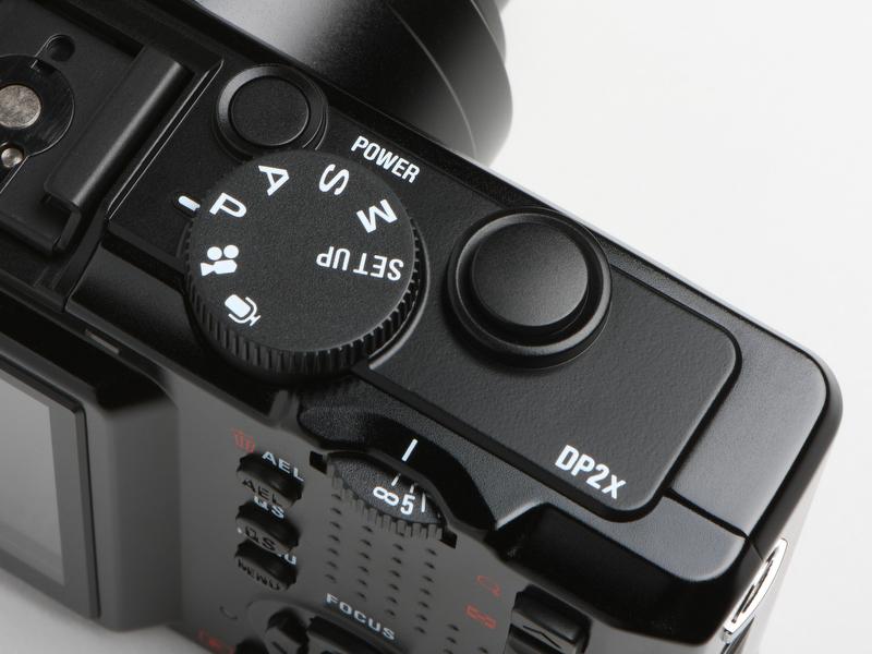 <b>先代のDP2sとの外観上の違いは、カメラ上部のDP2xと書かれたデカールのみ。シャッターボタンは大きく押しやすいうえに、押したときの感触もよい</b>