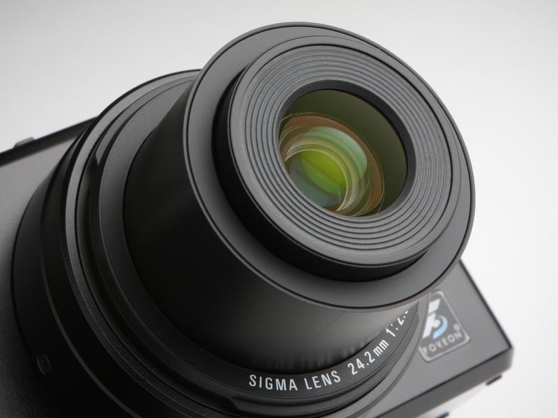 <b>搭載するレンズは、フルサイズ判換算で41mm相当のSIGMA LENS 24.2mmF2.8。解像感およびコントラストとも高く、ディストーションや周辺光量の低下もよく抑えられている</b>