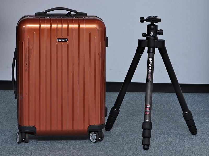 <b>比較的小型のスーツケースに収めることができる。一般的な三脚と違って、ケース内で無駄なスペースを消費しないのがよい。このスーツケースの場合、雲台は取外す必要がある</b>