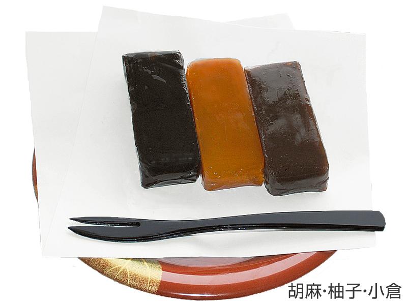 <b>種類の一部。左から胡麻、柚子、小倉</b>