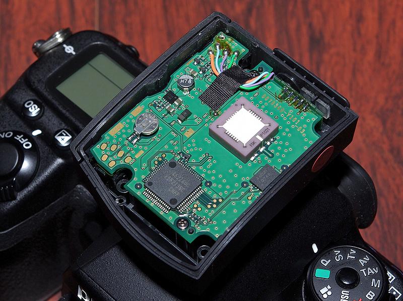 <b>O-GPS1の内部。白い部品がGPSアンテナだ</b>