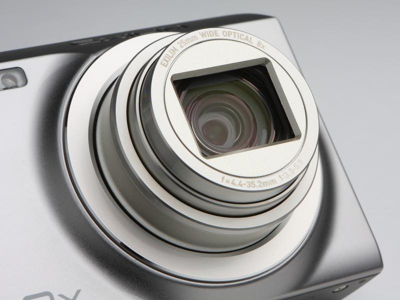 <b>搭載するレンズは、35mm判換算で25-200mm相当。非球面レンズを含む8群10枚で構成する。最短撮影距離はレンズ先端から約2cm</b>