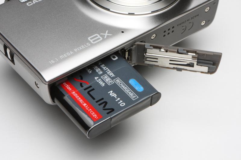 <b>比較的バッテリーの持ちはよいほう。写真では見えないが、カードスロットはSDXC/SDHC/SDに対応するほか、Eye-Fiカードも使用が可能だ</b>