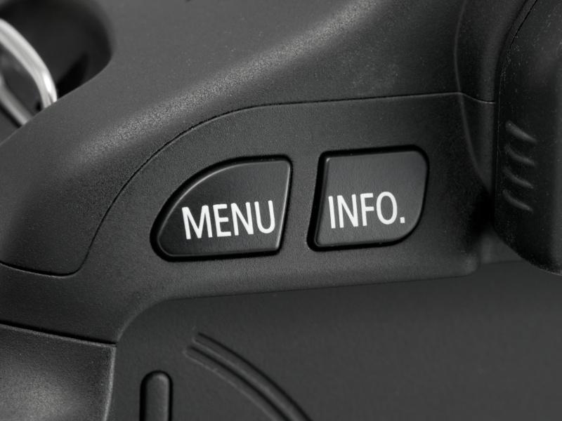 <b>【EOS Kiss X5】背面左手側上部にMENUボタンとINFO.ボタン。後者は再生表示などの切り替えに利用する</b>