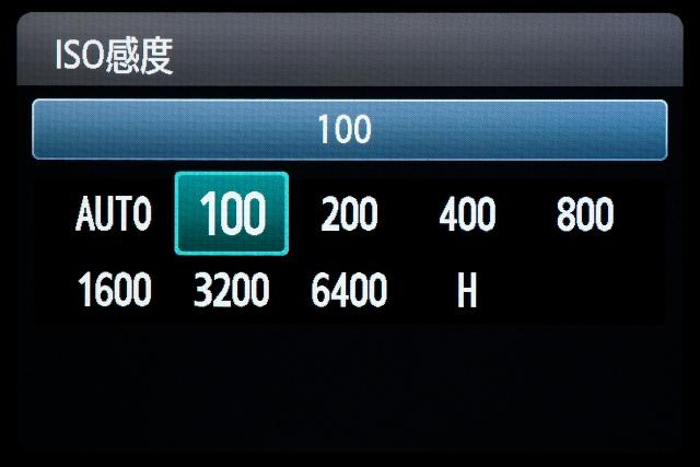 <b>【EOS Kiss X5】上面のISOボタンを押すと表示される。設定ステップは1EV。「H」は感度拡張時のみ表示される</b>