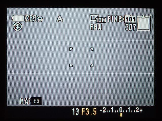 <b>FOCUSスイッチがオートやマクロの状態で、マルチセレクターをセンタープッシュするたびに「マルチポイントAF」、「中央重点AF」、「フレキシブルスポットAF」と、AF測距枠が切り替わる。また、フレキシブルスポットAF時には、マルチセレクターの上下左右操作で、測距枠を自由に移動させられる(MF時にも有効)</b>