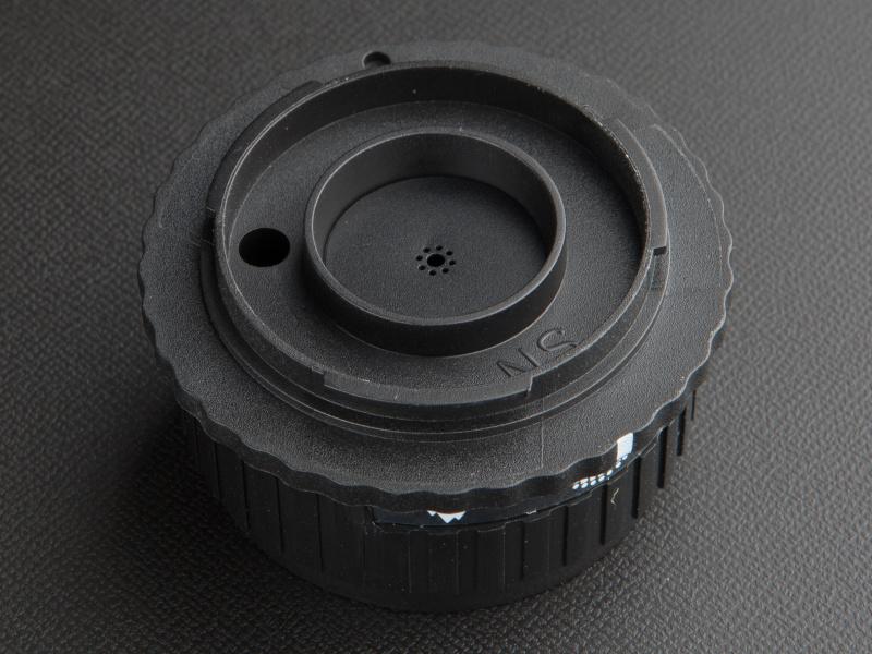 <b>ブラックコーナーエフェクターは絞りの周囲に小さな穴が空いている。これが周辺光量落ちを再現する</b>