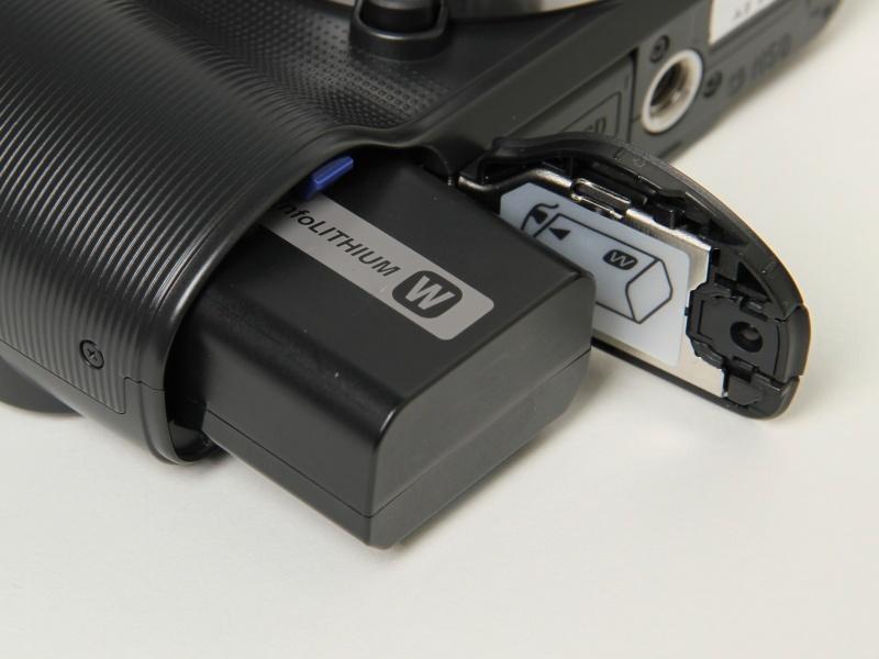 <b>バッテリーは今までと同じNP-FW50。撮影可能枚数は、NEX-3の約330枚から約400枚に増えた</b>