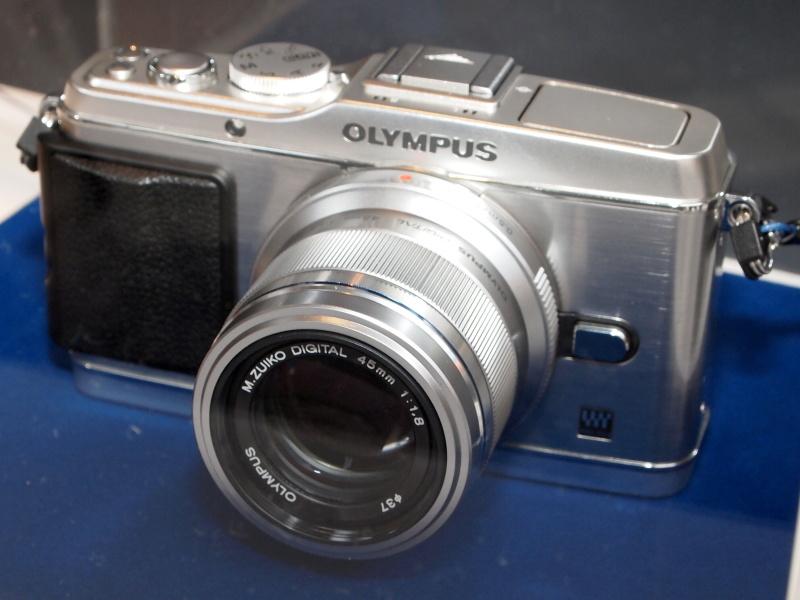 <b>M.ZUIKO DIGITAL 45mm F1.8のモックアップを装着したE-P3</b>