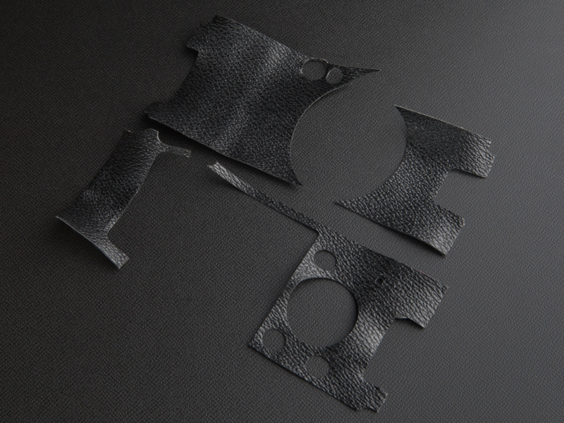<b>剥がした貼り革は歪みが生じるため、再度貼り付けることは難しい。再利用は諦めよう</b>