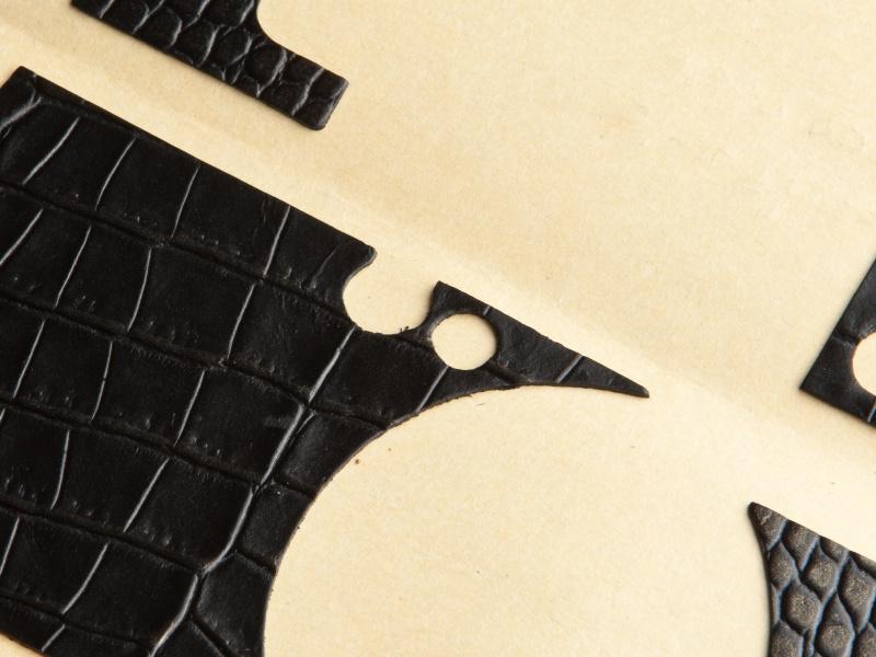 <b>貼り革はファインダー切換レバーとAF補助光ランプの穴が空いている。この間をカットすると貼りやすくなる</b>