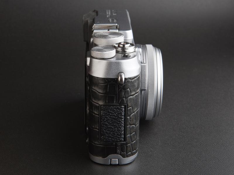 <b>端子カバーは樹脂に型押ししているため、貼り革で柄をそろえることができない</b>