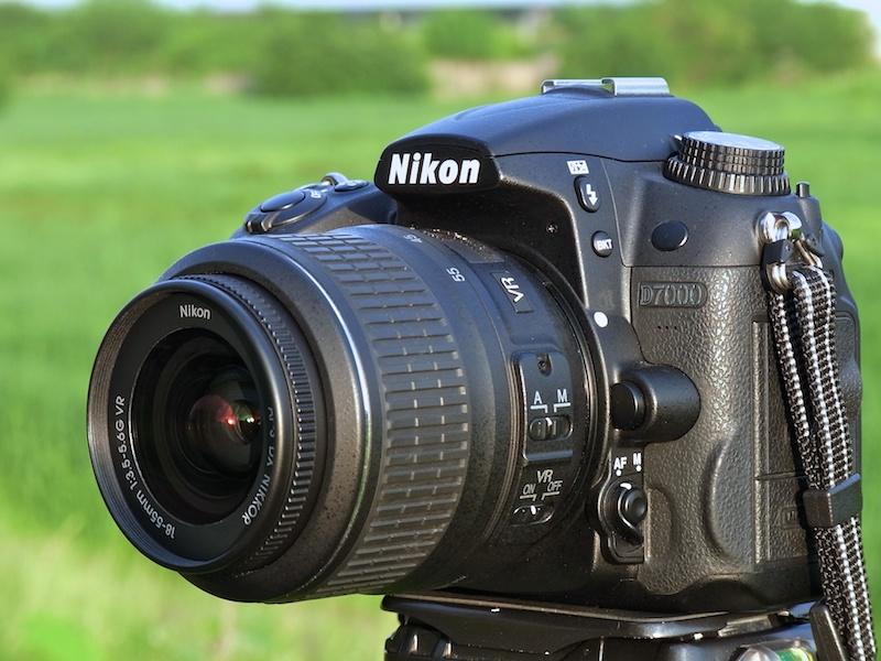 <b>D7000にAF-S DX NIKKOR 18-55mm F3.5-5.6 G VRを装着。フィルター径は52mmで、重さは約265g。フードは別売。可愛らしい組み合わせだ</b>