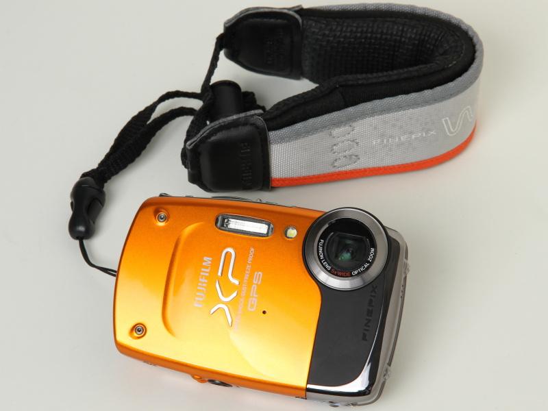 <b>FinePix XP30(オレンジ)。フロートストラップ「FS-FXZ33」を装着</b>