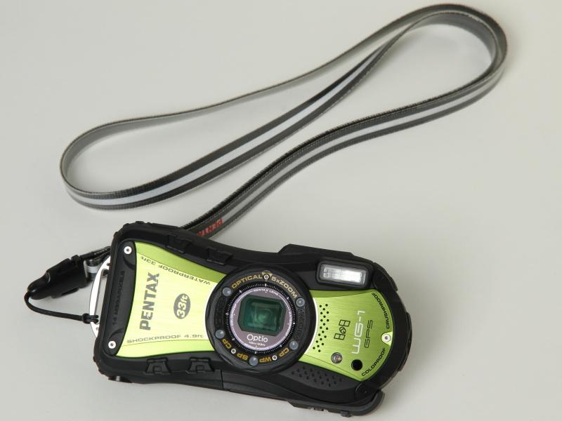 <b>Optio WG-1 GPS(グリーン)。スポーツストラップ「O-ST81」を装着</b>