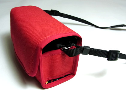 <b>カメラに付属のストラップなどを装着したまま収納できる</b>
