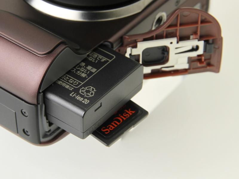 <b>バッテリーはDMC-G2と異なり、DMC-GF2と共通の「DMW-BLD10」。記録メディアはSDXCメモリーカードに対応</b>