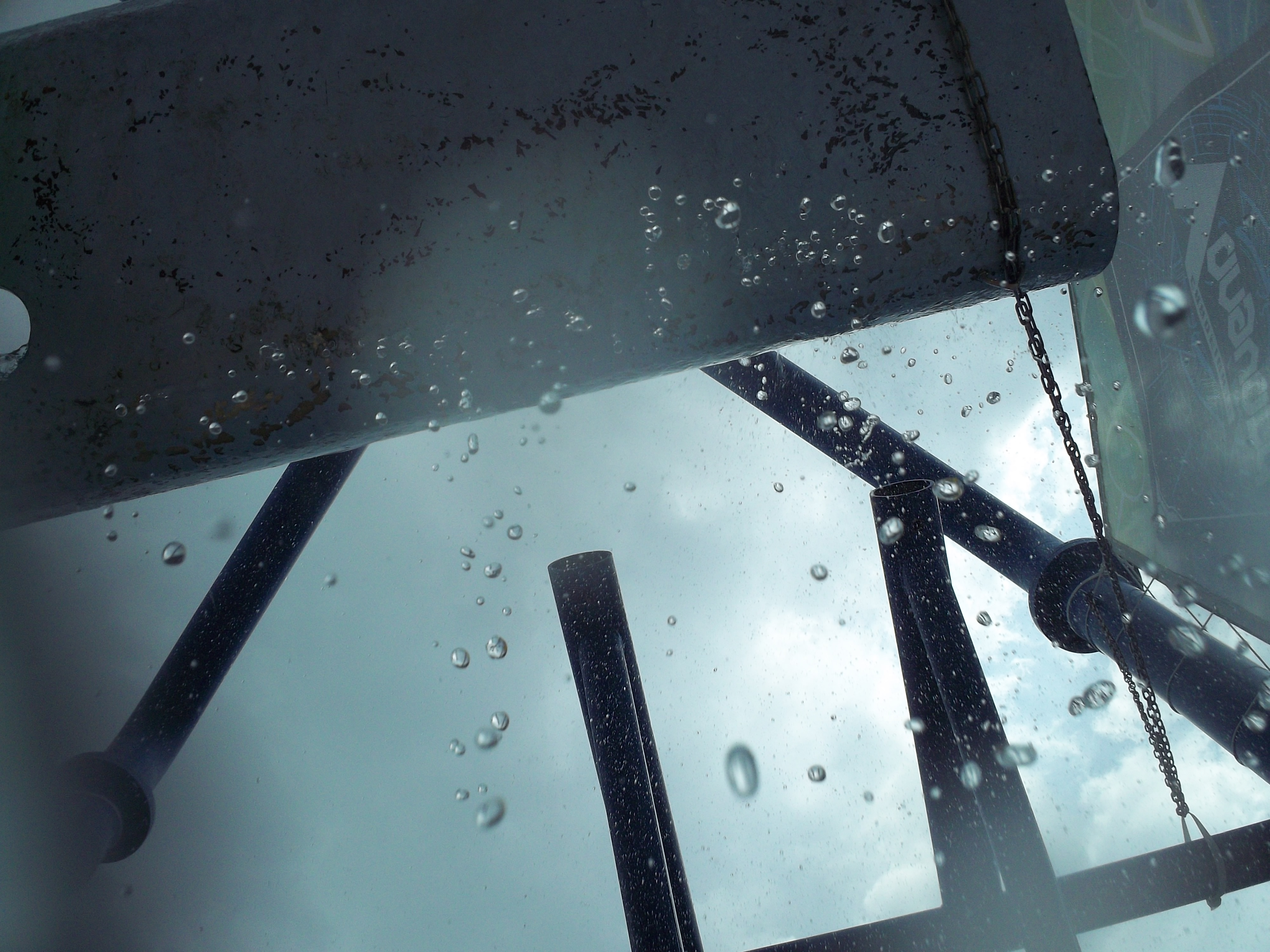 <b>陸上で水中モードで撮影してみました。頭の上にシャワーを降らせる遊具の色が変化してトイカメラで撮ったようになりました。水中モード:ON / EASYSHARE SPORT C123 / 約2.3MB / 4,000×3,000 / 1/1,401秒 / F4.5 / -0.6EV / ISO80/ プログラムAE / WB:オート / 6.3mm</b>