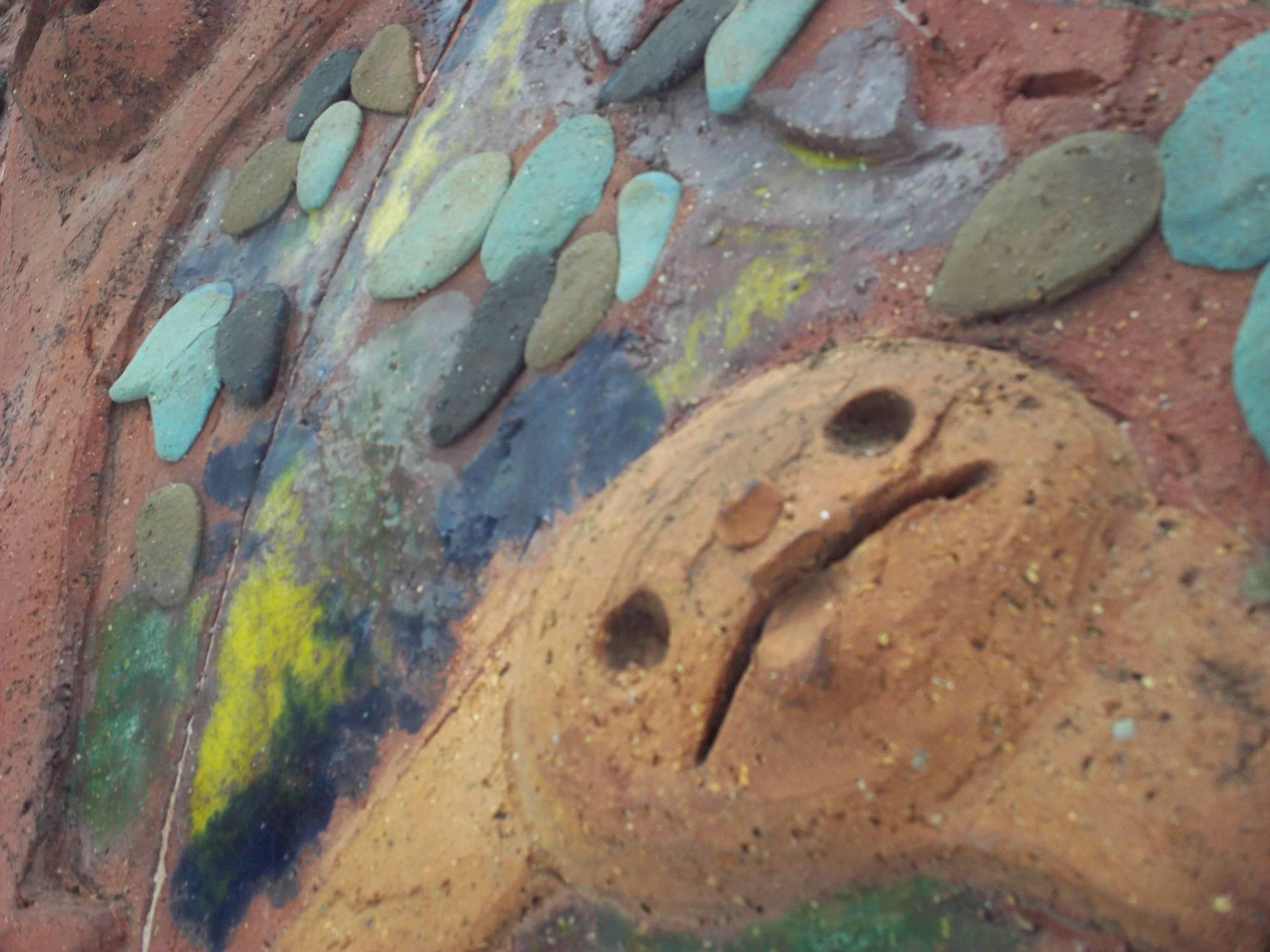 <b>子供が粘土で作ったような壁画を発見! 思わず近寄ってパチリ。EASYSHARE SPORT C123 / 約2.4MB / 4,000×3,000 / 1/80秒 / F4.5 / 0EV / ISO80/ プログラムAE / WB:オート / 6.3mm</b>