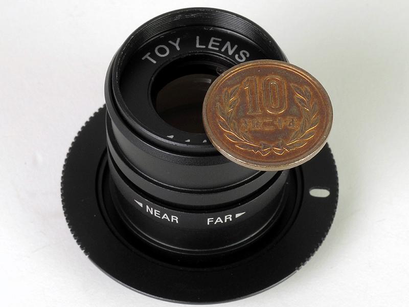 <b>10円硬貨と比べると小ささがよくわかる</b>