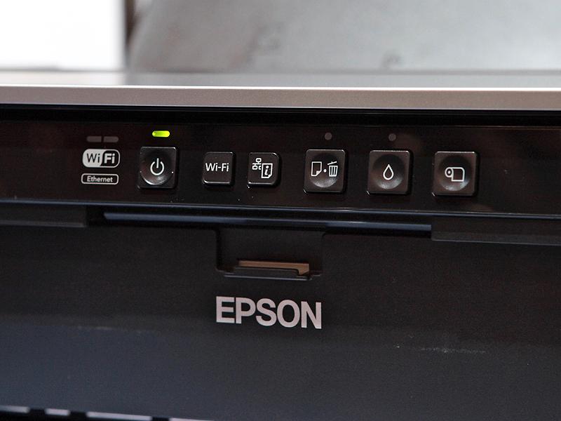 <b>操作ボタン。有線/無線LANも標準搭載する</b>